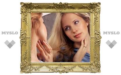 Почему она смотрит на себя в зеркало?