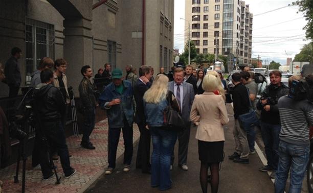 Вячеслав Дудка прибыл в суд в сопровождении машины ДПС