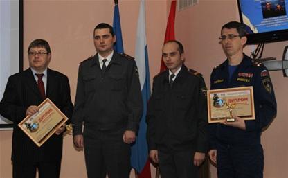 В Туле два сотрудника полиции получили награды за спасение семьи из горящего дома