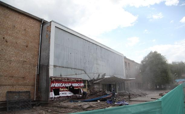 На здании бывшего КРК «Премьер» экскаватором снесли логотип «Олбани»