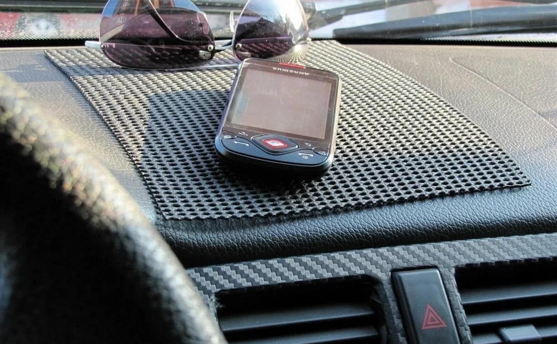 Житель Веневского района стащил мобильник у невнимательного водителя