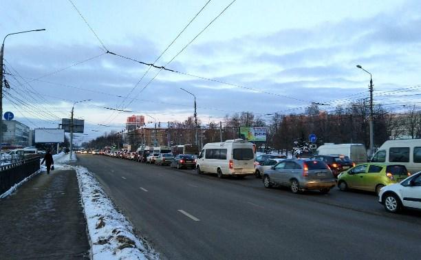 Проспект Ленина замер в пробке из-за нескольких ДТП