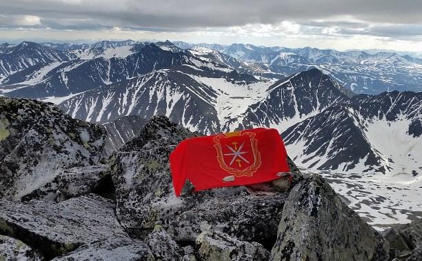 На самой высокой горе Урала появился флаг Тульской области