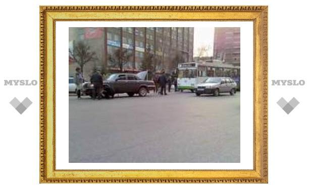 В центре Тулы у легковушки оторвалось колесо