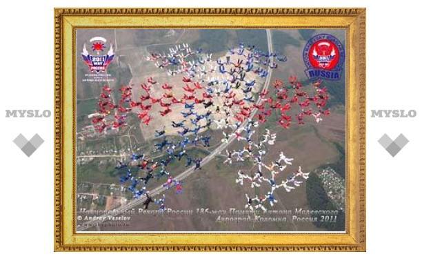 Российские парашютисты составили фигуру из 186 человек