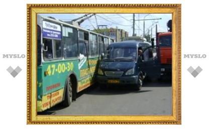 В Туле троллейбус попал в аварию