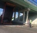 На пересечении М2 и Калужского шоссе самосвал зацепил путепровод