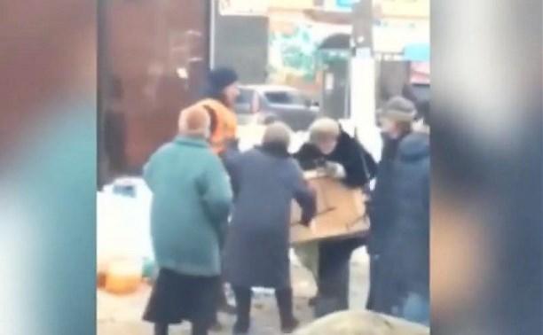 Сотрудники Пролетарской администрации устроили потасовку с пенсионерами на торговом развале