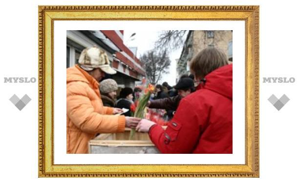 Мужчины атакуют цветочные развалы (ФОТО)