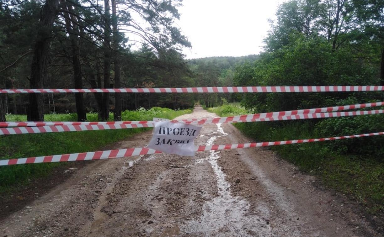 Между Тульской и Калужской областями разлившаяся река затопила дорогу