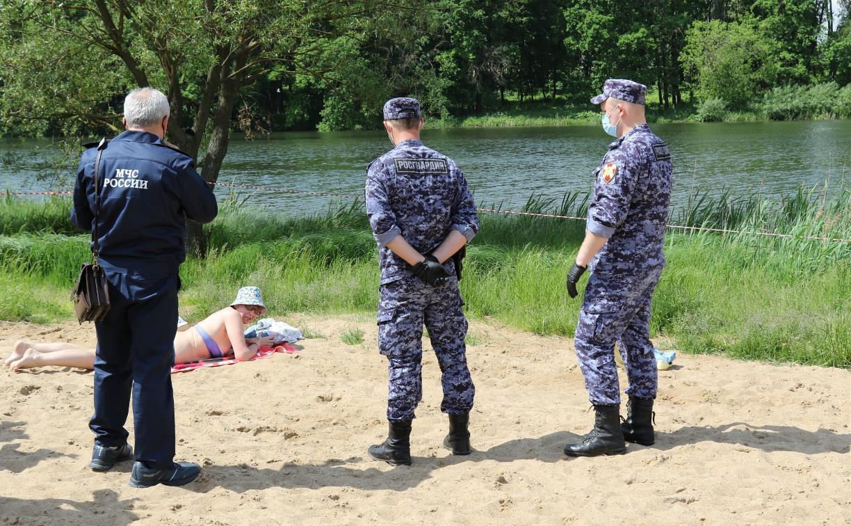 Туляки загорают на пляже в Центральном парке, несмотря на запрет