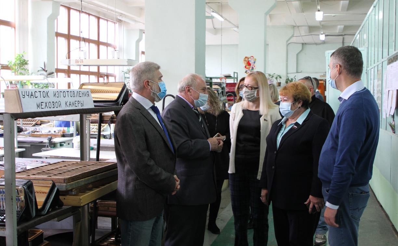 Депутаты Тульской облдумы посетили производство музыкальных инструментов