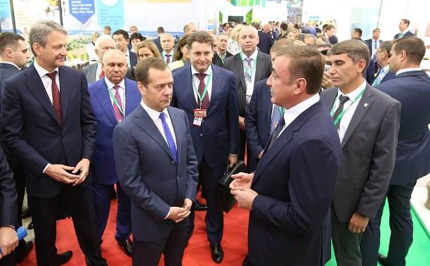 Дюмин представил Медведеву продукцию тульских сельхозпроизводителей на агровыставке «Золотая осень»