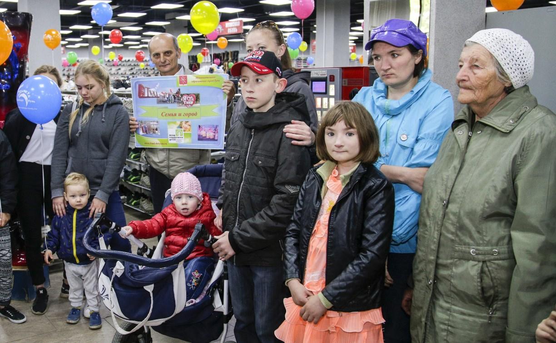Магазин «Планета Одежда Обувь» на Красноармейском проспекте поздравил детей с праздником