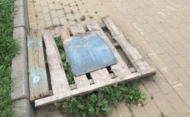 В сквере Афганцев разбитую ливневку прикрыли деревянным поддоном