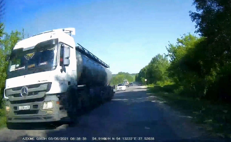 «Накажи автохама»: смертельно опасный обгон медленного трактора
