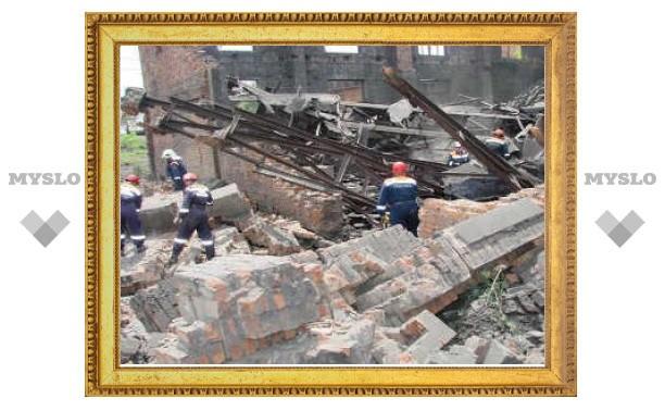 Во Владивостоке под обломками заводской стены нашли два трупа