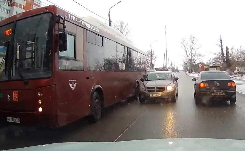 «Накажи автохама»: водитель Dodge объезжал автобус по встречной и чуть не устроил ДТП