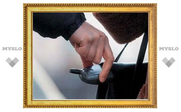В Туле двое злоумышленников украли у мужчины телефон