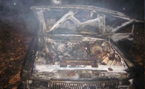В Донском сгорел припаркованный во дворе жилого дома автомобиль