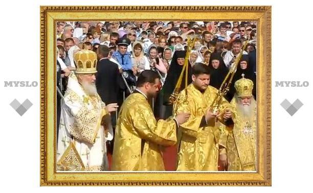 Патриарх Кирилл совершает Божественную литургию на главной площади Луганска