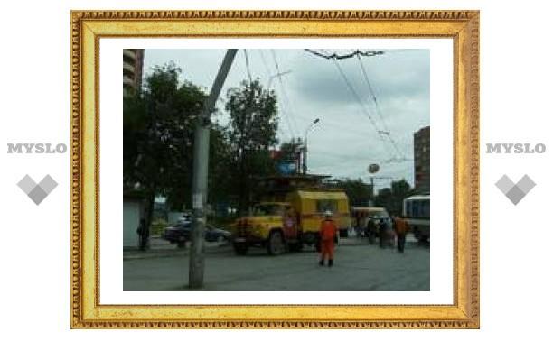 В Туле троллейбус погнул столб
