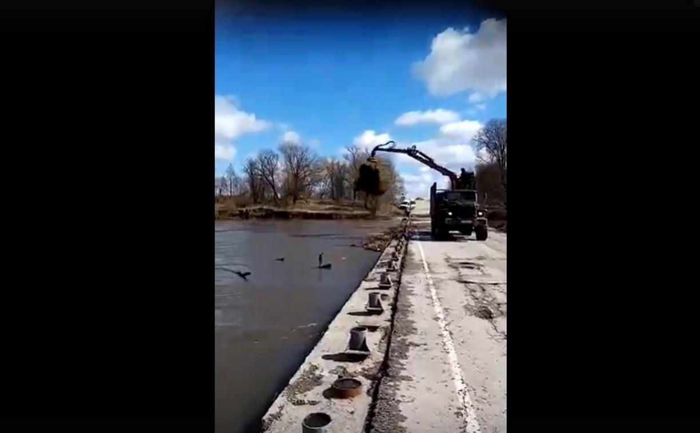 В Суворовском районе мусор после затопления моста скинули в реку