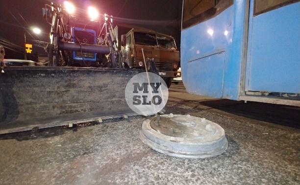 В Туле легковушка врезалась в отлетевшее на ходу колесо трамвая