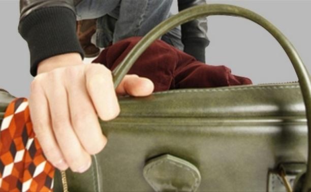 Тулячка украла дамскую сумочку прямо с прилавка магазина