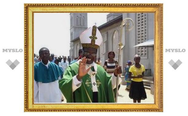 Конго: архиепископ объезжает свою епархию на мотоцикле и каноэ