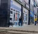В Щекино неадекватный мужчина разгромил витрины в аптеке: видео