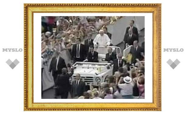 Неизвестный запрыгнул на автомобиль Папы Римского в Ватикане