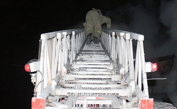 В здании горящего под Тулой предприятия ищут погибшего