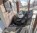 В Туле Mazda влетела в дом: водителю стало плохо, жена уводила машину от остановки