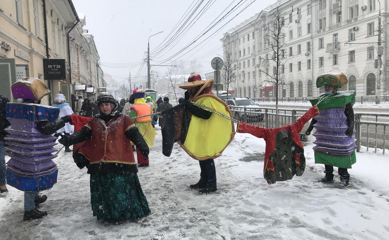 В центре Тулы прошел праздник «Шиворот-навыворот, или Всё наоборот»