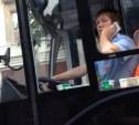 Водитель троллейбуса разговаривает по телефону во время движения: видео