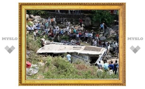 Жертвами падения в пропасть автобуса в Индии стали более 20 человек