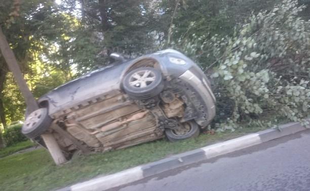 Напротив Комсомольского парка машину после ДТП придавило деревом