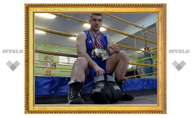 Боксер Дмитрий Морозов привез серебро из Ханты-Мансийска