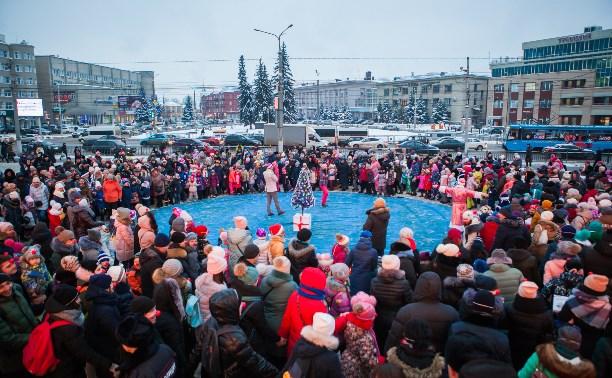 Новогодний рекорд в Туле: 1001 участник хоровода вокруг елки