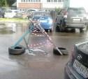 На улице Морозова вода из канализационного люка затопила двор