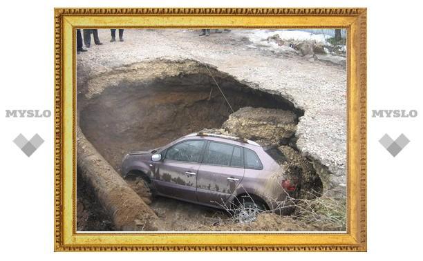В Туле иномарка провалилась под землю
