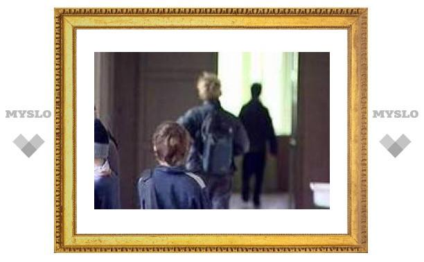 Директор школы-интерната наказывал детей, запирая их между двумя дверями