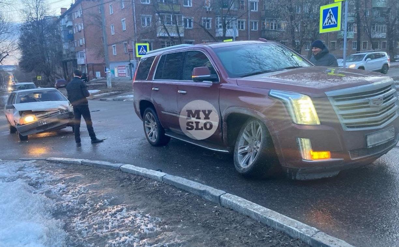 В Туле столкнулись Cadillac Escalade и ВАЗ