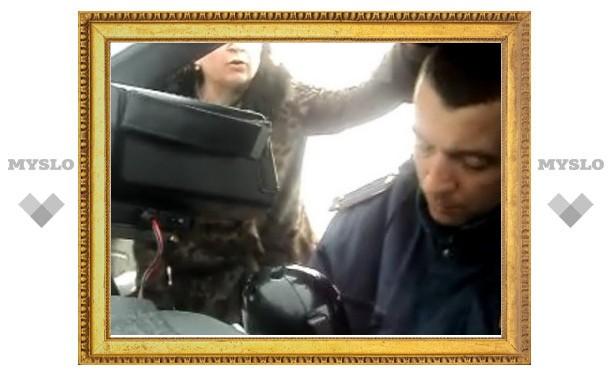Мать защищала сына от полиции кулаками