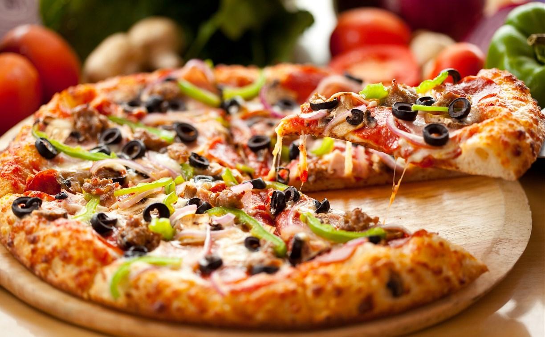 Туляк украл пиццу у доставщика и съел ее во дворе