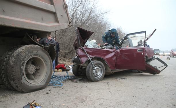 На новомосковском шоссе легковушка протаранила стоящий на обочине грузовик