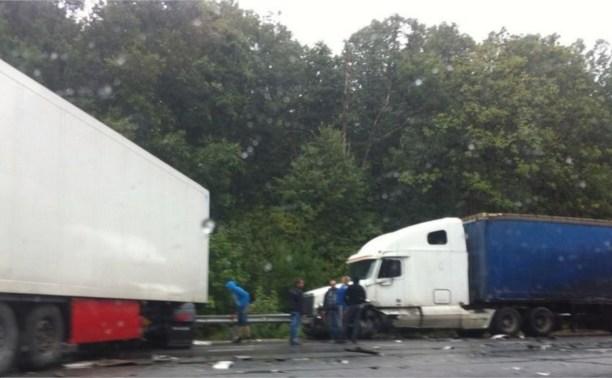 На трассе М2 «Крым» столкнулись три фуры