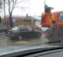 Ямы на дорогах в Туле начали засыпать крупным щебнем