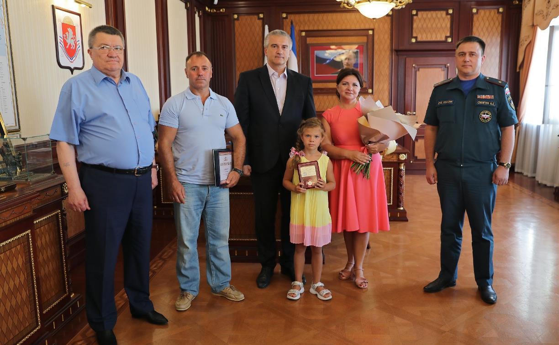 Глава Крыма Сергей Аксёнов наградил юную тулячку Дашу Павлову